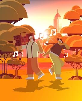 Família sênior com gravador de som de baixo, dançando e cantando, avós se divertindo com o conceito de velhice ativa