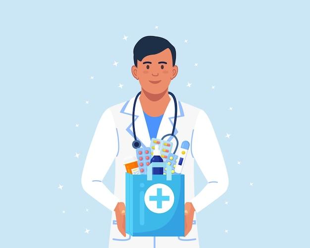 Farmacêutico mantém nas mãos um saco de papel com medicamentos, drogas e frascos de comprimidos.