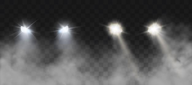 Faróis de carros brilhando na estrada no nevoeiro à noite