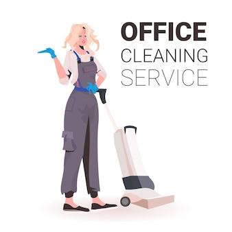 Faxineira profissional feminina faxineira de uniforme com equipamento de limpeza cópia espaço