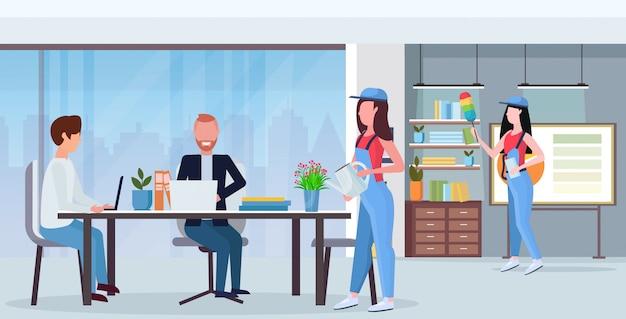 Faxineiros equipe produtos de limpeza em uniforme trabalhando juntos conceito de serviço de limpeza criativo centro de trabalho moderno escritório interior apartamento comprimento total horizontal