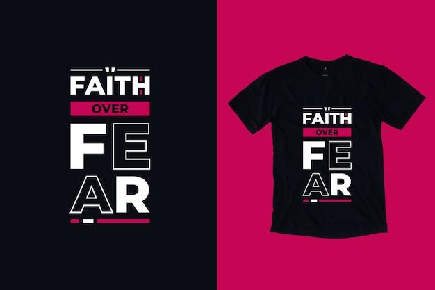 Fé sobre o medo, design moderno de camisetas inspiradas