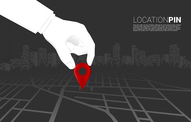 Feche acima da mão do marcador do pino do lugar do lugar do homem de negócios no mapa de estradas. conceito de configuração de negócios, missão de visão e objetivo