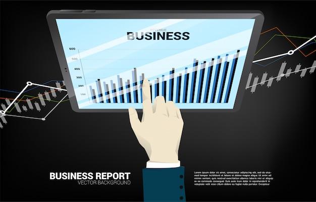 Feche acima do relatório do gráfico de negócio do toque da mão do homem de negócios na tabuleta.