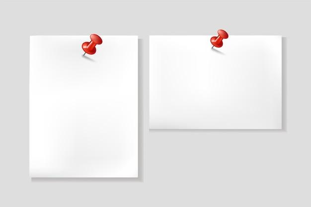 Feche de papéis de nota brancos, notas em alfinetes vermelhos.