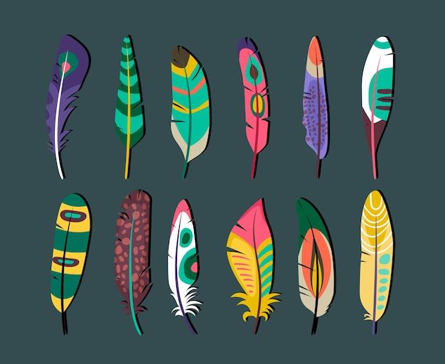 Feche desenhos atraentes de ícones de penas coloridas em fundo cinza.