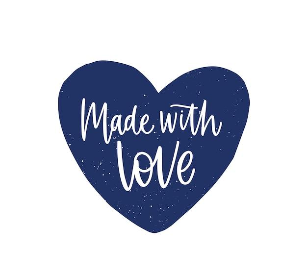 Feito com amor, frase ou slogan escrito no coração bonito com fonte caligráfica cursiva. letras elegantes para rótulos ou etiquetas de produtos artesanais ou artesanais. ilustração em vetor plana monocromática.