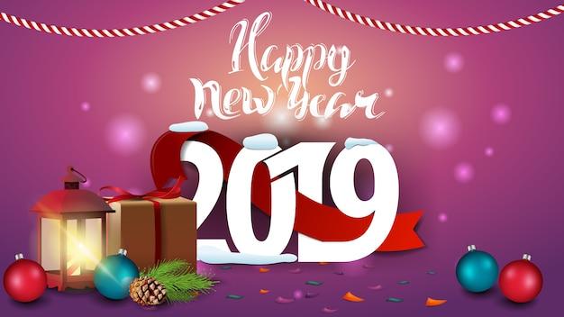 Feliz ano novo 2019 - cartão de saudação de ano novo-de-rosa com presentes e lâmpada antiga