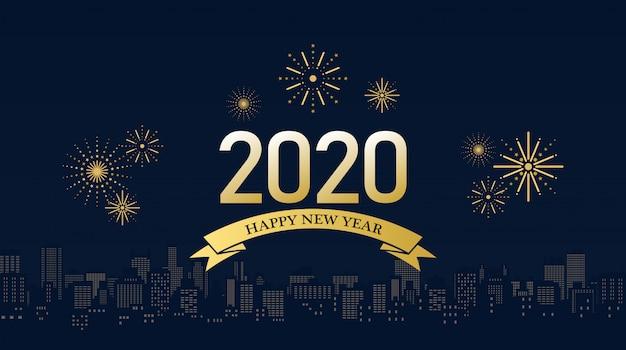 Feliz ano novo 2020 em fitas douradas com fogos de artifício e o horizonte da cidade em fundo azul escuro