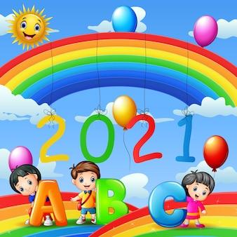 Feliz ano novo com criança segurando a carta abc