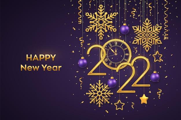Feliz ano novo de 2022. números metálicos de ouro 2022 e relógio com algarismo romano e contagem regressiva à meia-noite, véspera de ano novo. estrelas douradas, flocos de neve, bolas de suspensão no fundo roxo. ilustração vetorial