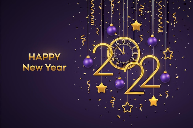 Feliz ano novo de 2022. números metálicos de ouro 2022 e relógio com algarismo romano e contagem regressiva à meia-noite, véspera de ano novo. pendurado estrelas douradas e bolas no fundo roxo. ilustração vetorial.