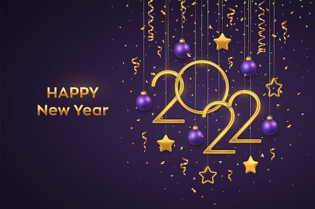 Feliz ano novo de 2022. números metálicos dourados de suspensão 2022 com estrelas metálicas 3d brilhantes, bolas e confetes no fundo roxo. cartão de ano novo ou banner. ilustração em vetor realista.