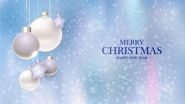 Feliz ano novo. projeto de plano de fundo de natal com bolas decorativas com fundo desfocado.
