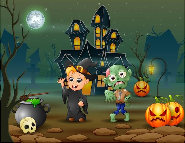 Feliz bruxa de halloween e zumbi na frente da casa