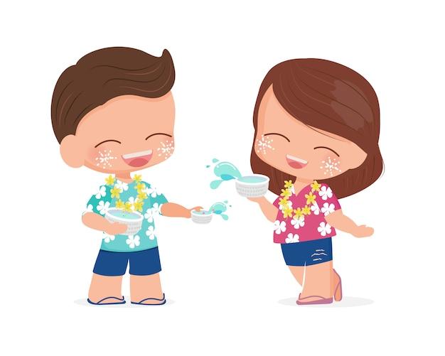 Feliz casal tailandês desfrutar de água festival songkran