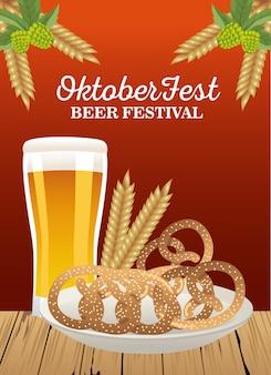 Feliz celebração da oktoberfest com copo de cerveja e pretzels no design de ilustração vetorial de prato