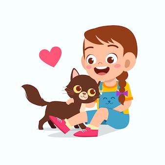 Feliz criança menina bonitinha brincar com gato de estimação