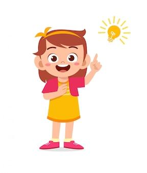Feliz criança menina bonitinha com sinal de lâmpada de ideia