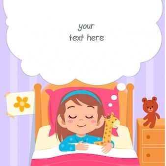 Feliz criança menina bonitinha dormir no quarto de cama