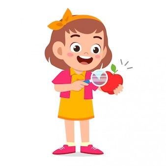 Feliz criança menina bonitinha segurando a lupa