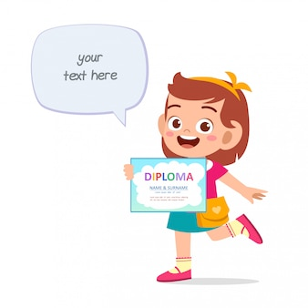 Feliz criança menina bonitinha segurando o certificado
