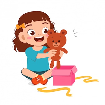 Feliz criança menina feliz abrir presente de aniversário