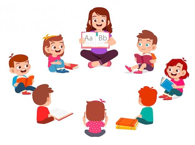 Feliz crianças bonitinha menino e menina estudam com professor
