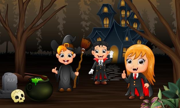 Feliz crianças comemoração dia das bruxas com fundo de casa assombrada
