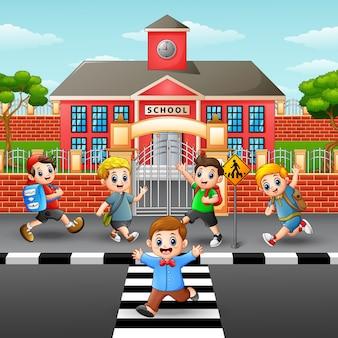 Feliz, crianças, cruzando estrada