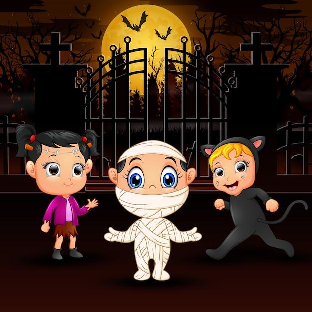 Feliz, crianças, desgastar, traje halloween, ao ar livre, à noite