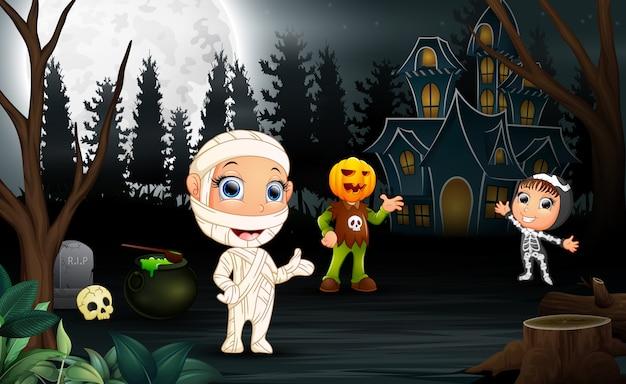 Feliz, crianças, desgastar, traje halloween, em, a, noturna
