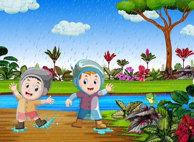 Feliz, crianças, jogo, com, a, água, em, a, chuvoso, estação