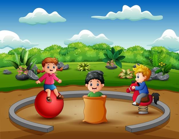 Feliz, crianças, tendo divertimento, em, a, natureza, parque