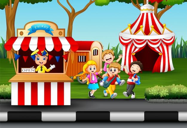 Feliz, crianças, tendo divertimento, em, um, parque divertimento