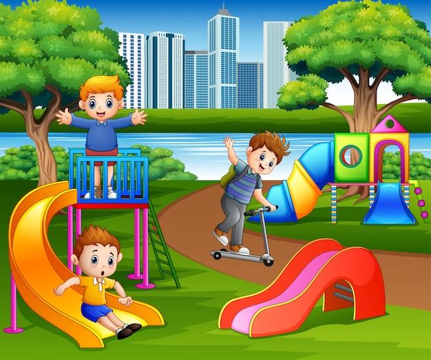 Feliz, crianças, tocando, em, a, escola, pátio recreio