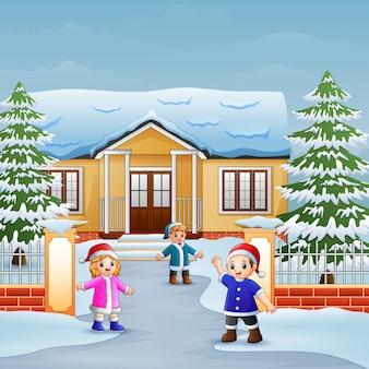 Feliz, crianças, tocando, frente, a, nevando, casa