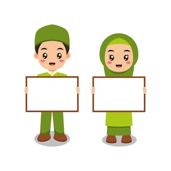Feliz desenho animado muçulmano segurando cartaz em branco.