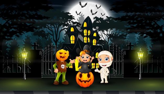 Feliz dia das bruxas comemorar na frente da casa hounted