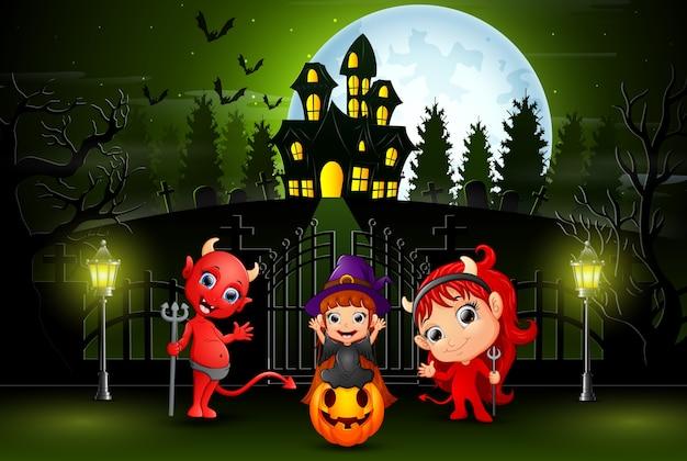 Feliz dia das bruxas crianças ao ar livre com fundo de casa assombrada