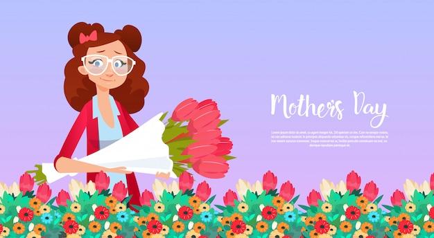 Feliz dia das mães, mulher segurar flores buquê primavera férias cartão banner