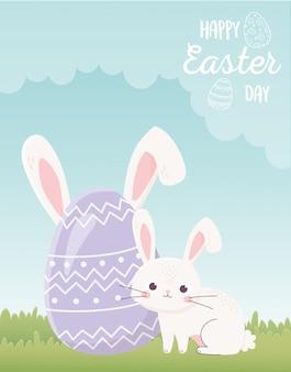 Feliz dia de páscoa, coelho fofo e ovo com orelhas na grama