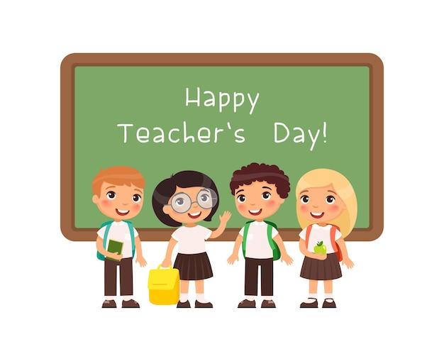Feliz dia dos professores cumprimentando alunos sorridentes em pé perto do quadro-negro na sala de aula parabenizar