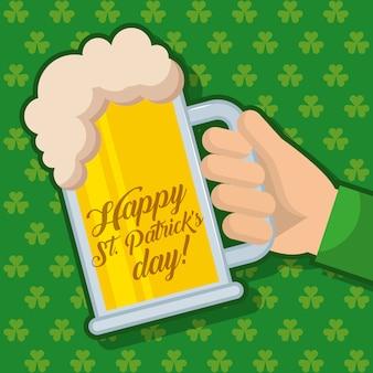 Feliz dia dos st patricks segurando vidro de cerveja