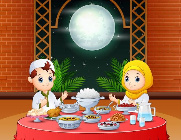 Feliz eid convite com pessoas muçulmanas preparando iftar