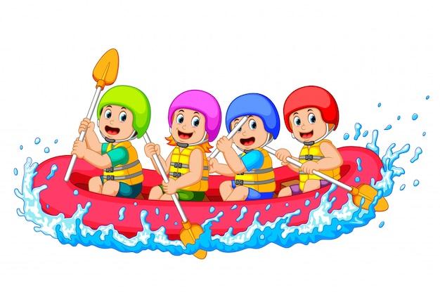 Feliz equipe de rafting em um rio