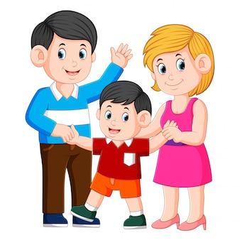 Feliz família jovem com uma criança em pé juntos
