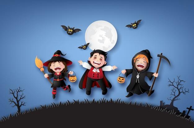 Feliz festa de halloween com as crianças do grupo em trajes de halloween.
