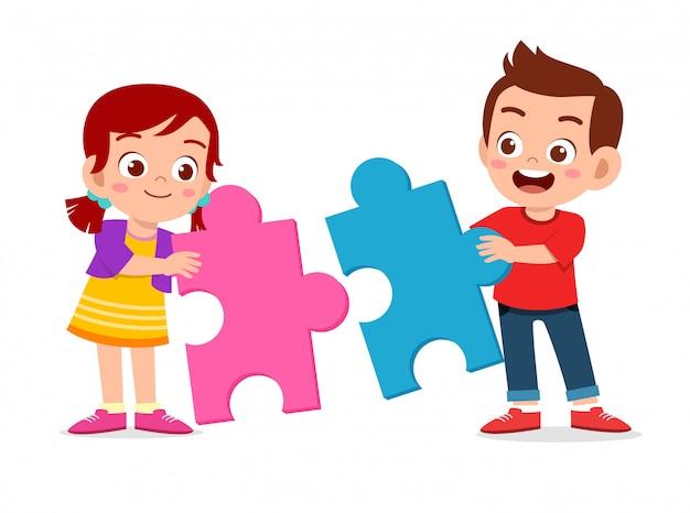 Feliz filhos bonitos jogar resolver quebra-cabeças juntos