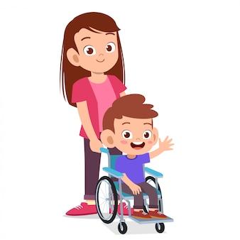 Feliz fofa mãe e criança na cadeira de rodas